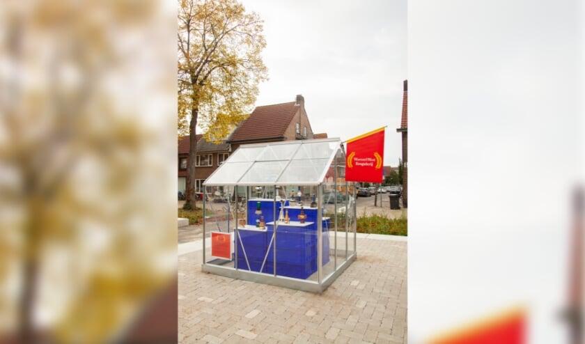 <p>Op de verhoging op het nieuwe plein op de kruising Wattstraat en Morsestraat staat de prijzenkas, boordevol trofee&euml;n. (Foto: Gaia van Egmond).</p>