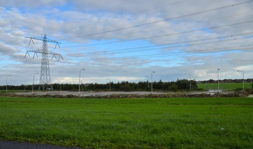 <p>Op deze plek tussen de Lage Kade en de zuidbaan van de A12, met in het midden de oude P&R parkeerplaats, zou een geluidswal annex energietuin kunnen worden geplaatst. (Foto: Paul van den Dungen)</p>