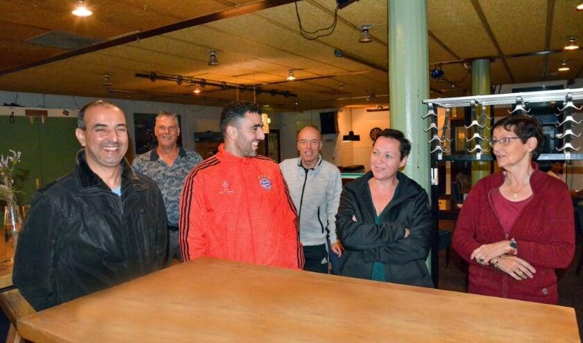 <p>In Dorpshuis De Vaart besprak een groep bezorgde Linschotenaren de huidige situatie. (Foto: Paul van den Dungen)</p>