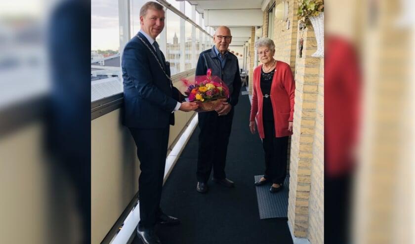 Burgemeester Kats feliciteert het echtpaar Pol-Verkerk. (foto: gemeente Veenendaal)