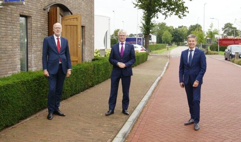<p>De Gelderse commissaris van de koning John Berends, geflankeerd door burgemeester Arend van Hout van Westervoort (links) en zijn collega Huub Hieltjes van Duiven. (Foto: Piet Wijnands)</p>