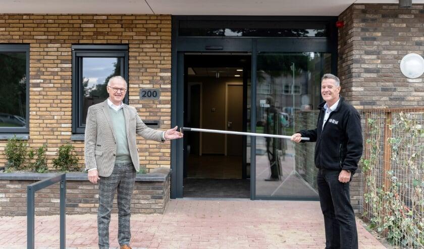 <p>Projectmanager Arie Lugtenburg (rechts) van VORM Bouw en Ad van Driel, bestuursvoorzitter van De Cirkel. (Foto: Priv&eacute;)</p><p><br></p>