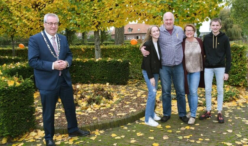 <p>Burgemeester Hans Ubachs reikte de onderscheiding bij hem thuis uit met inachtname van de huidige coronaregels. </p>