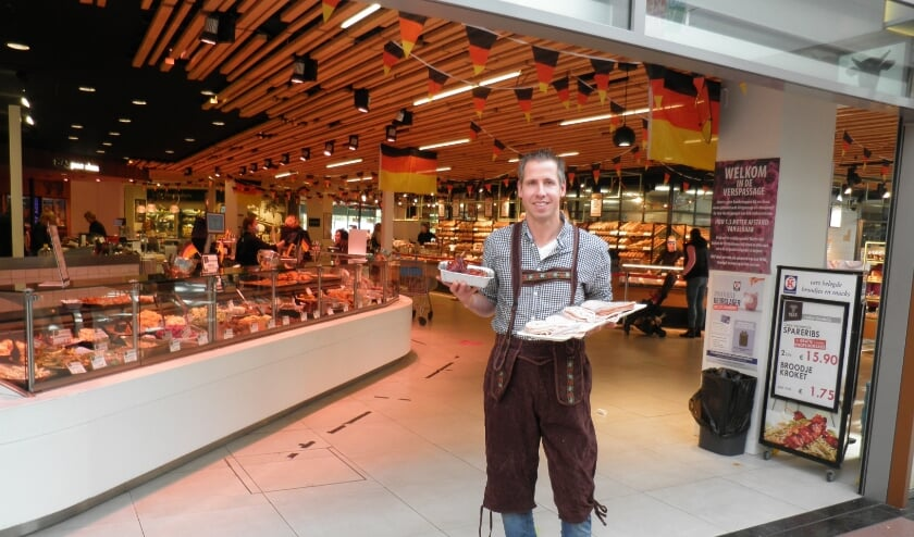 <p>Richard Reas presenteert spontaan in snel aangetrokken lederhose: aufschnitt (Duitse vleeswaren). Foto Kees van Rongen</p>