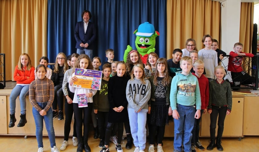 <p>Maandagmiddag werd het eerste Sjors-boekje uitgereikt op basisschool Willem van Oranje, aan Sonia, de winnares van de tekenwedstrijd. Haar tekening prijkt op de voorkant van het boekje. Foto: Alex de Kuijper</p>