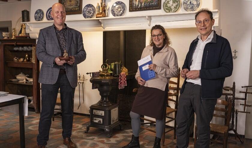 <p>Museumdirecteur Hans Sonnemans met Loes en Gerard Rooijakkers.</p>