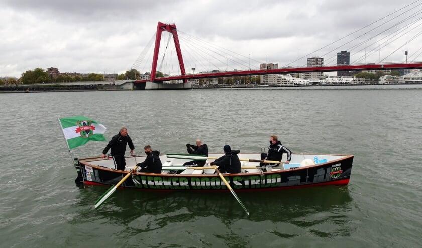 'Zwarte Duivels' steken de Maas over.