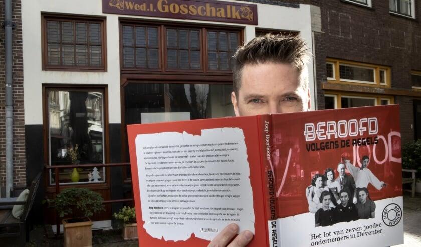 <p>Auteur Joep Boerboom voor de voormalige slagerij van Gosschalk aan de Grote Poot. &nbsp;(foto Ronald Hissink)</p>