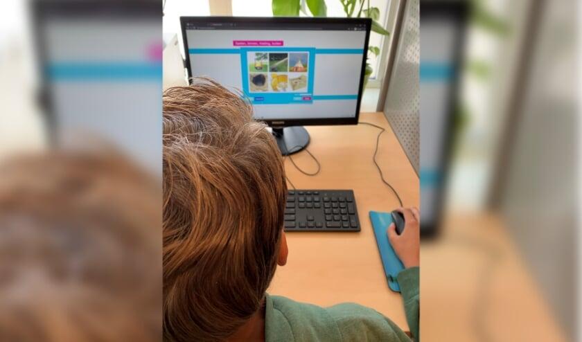 Een speciaal computerprogramma ondersteunt kinderen die door hun migratieachtergrond achterlopen in hun taalontwikkeling.