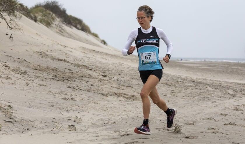 <p>Mireille Baart, op het strand van Ameland, op weg naar de winst van de Vuurtorentrail. Foto: Anja Brouwer.</p>