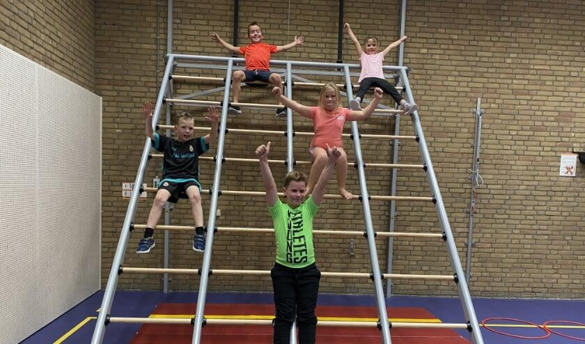 <p>Rens, Siem, Arthur, Mila en Maud waren blij dat ze vrijdag konden apenkooien in de nieuwe gymzaal in Kilder. (foto: Karin van der Velden)</p>