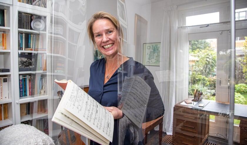 <p>Marije Rommes, bij het spatscherm van twee bij twee meter in haar huis.&nbsp;</p>