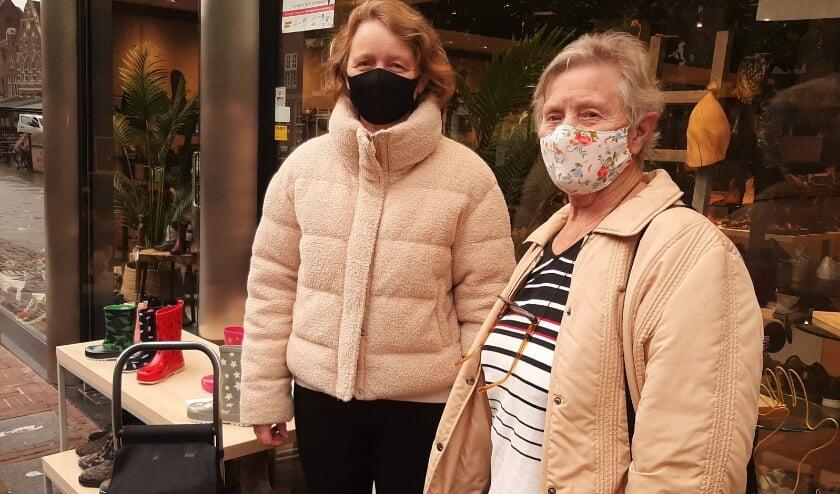 <p>Diny van Baal met dochter Denise in Culemborg. Diny (78) maakte zelf mondkapjes voor de hele familie.</p>