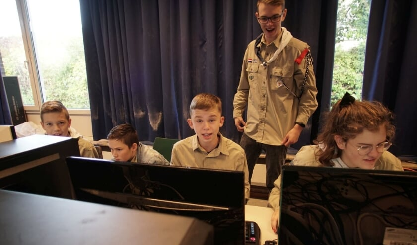 Vier scouts aan het communiceren met groepen over de hele wereld.