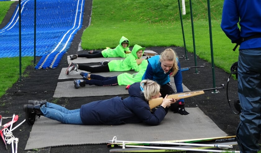 <p>De instuif bestaat uit twee delen: het eerste uur ga je leren langlaufen en schieten met lasergeweren voor de biatlon. Foto:PR</p>