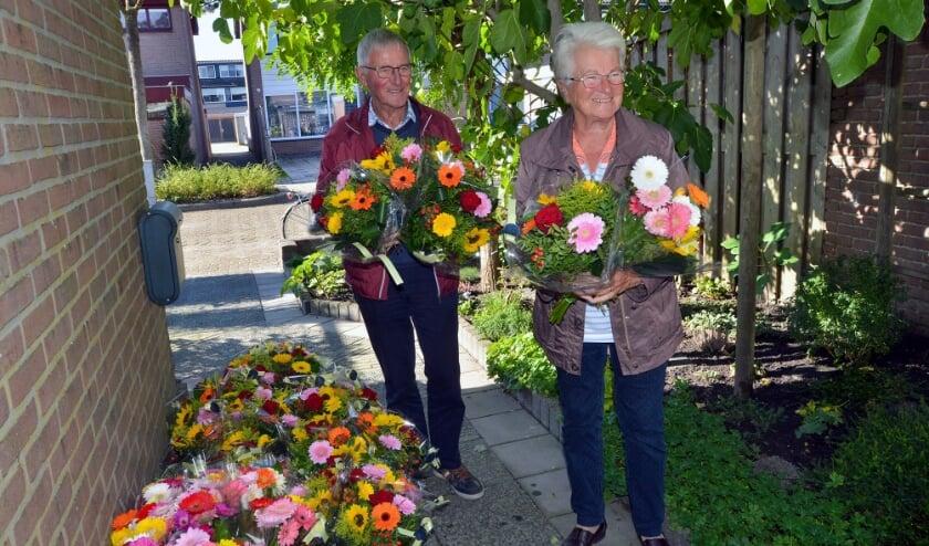 <p>Vrijwilligers van De Zonnebloem halen op Wulverhorst 63 bloemen op als cadeautje voor hun gasten.</p>