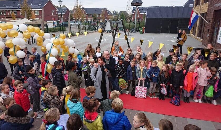 <p>Juf Elly van Zelm als stralend middelpunt van alle festiviteiten.&nbsp;</p>