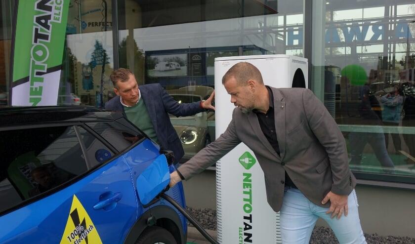 <p>Het Laadplein van Netto Tank Electric werd geopend door Niels van den Berg, wethouder van de Gemeente Enschede. (Foto: PR)</p>