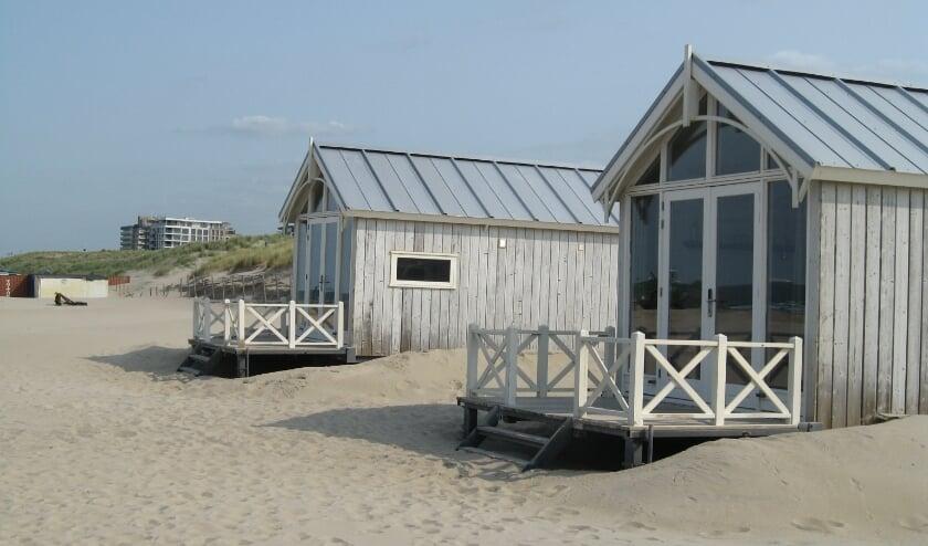 <p>De huisjes op het strand in Kijkduin zouden er volgens de gemaakte afspraken in het Kustpact niet mogen staan. Toch lopen er momenteel twee aanvragen voor permanente vergunningen.&nbsp;</p>