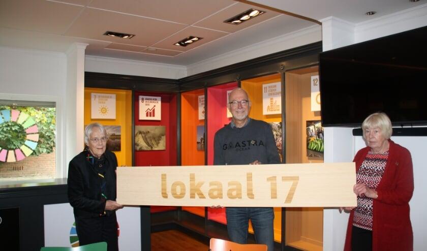 <p>vlnr:Fieke Faber, Aad van der Meer en Truus te Pas in de nieuwe ruimte Lokaal 17 waar de 17 Global Goals centraal staan.</p>