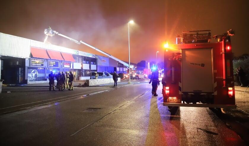 ZOETERMEER - Woensdagmorgen 21 oktober rond 3.00 uur was brand ontstaan in een bedrijfsuitje aan de Wattstraat in Zoetermeer. Hier heeft een grote brand gewoed in een bedrijfspand, de brandweer bevestigde al snel grote brand omdat zou gaan om een uitslaande brand. Er zijn geen gewonden gevallen bij de brand. De weg werd afgesloten gedurende de brand.