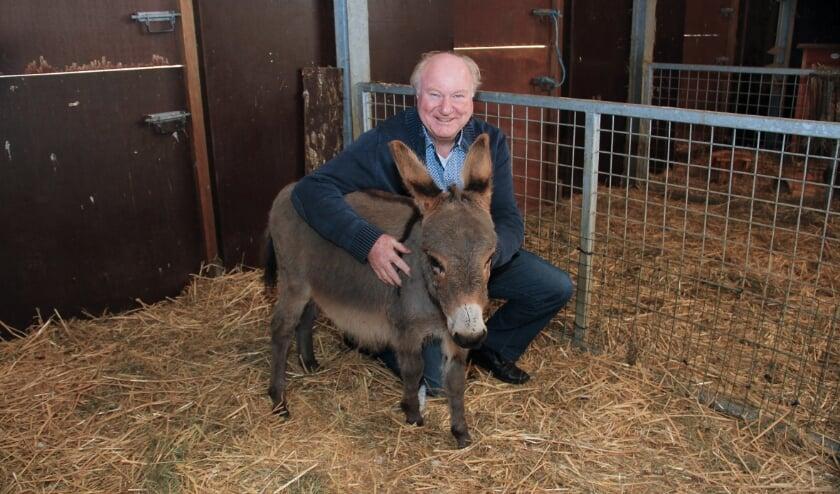 <p>Een glunderende Joop Harmsen met zijn mini-ezel, die uiteraard naar hem is vernoemd.</p>