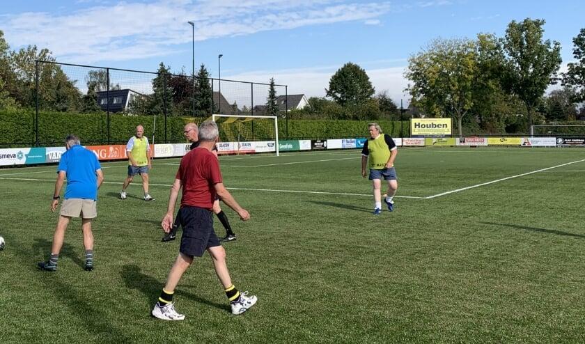Wie wil meedoen met seniorenplusvoetbal, kan zich aanmelden bij Ad van Hoof: 06-51590065. Foto: WéJé Producties