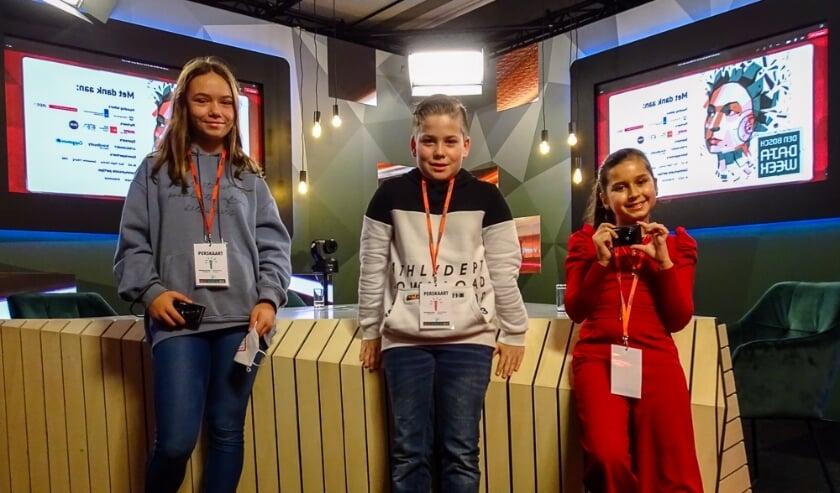 <p>Kids Reporters (van links naar rechts) Ola, Jayden en Lina waren bij de symbolische ingebruikname van de Chromebooks.</p>