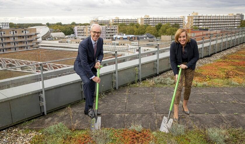 <p><strong>De gemeente en KPN NetwerkNL maakten op het dak van het gemeentehuis symbolisch alvast een begin met de aanleg. Foto: Kees van der Meer</strong></p>