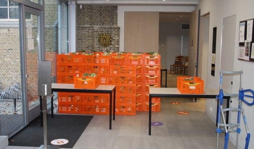 <p>Elke vrijdagochtend staan voor 111 mensen de door Voedselbank Rotterdam geleverde pakketten klaar in de hal van Dorpskerk Hoogvliet</p>