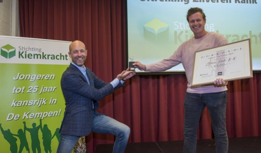 <p>Tom Lavrijsen van Scoolsport (r) krijgt de Zilveren Rank overhandigd van Gertjan van Dokkum. Foto: Jean Pierre Reijnen</p>