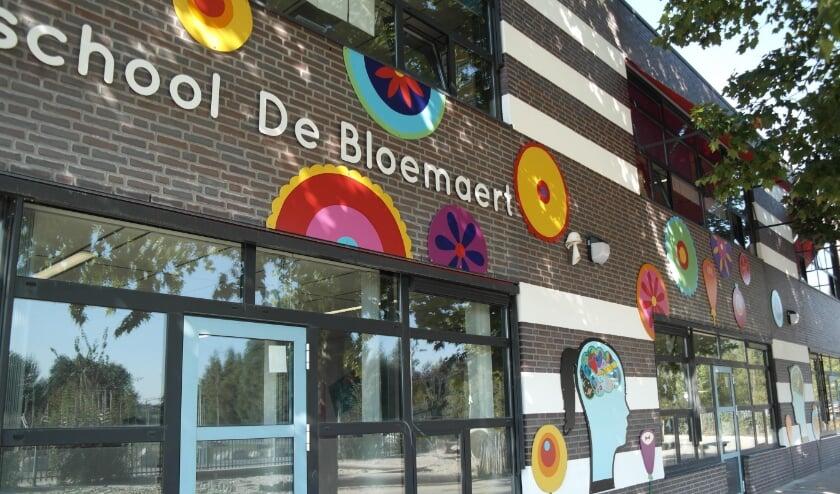 <p>Veel bloemen, symbolen en tekens op de muur van de Bloemaert, die aangeven waar de school voor staat.</p>