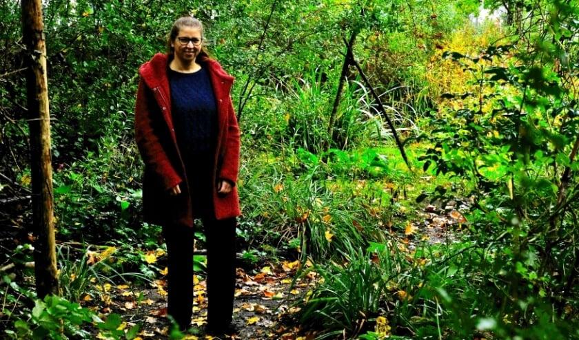 <p>Marieke Dijksman in de tuin van de Vogelbescherming.&nbsp;</p>