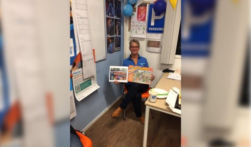 <p>Els is blij verrast met haar puzzel, een cadeau van haar collega&#39;s. Ze is vrijdag met pensioen gegaan.</p>