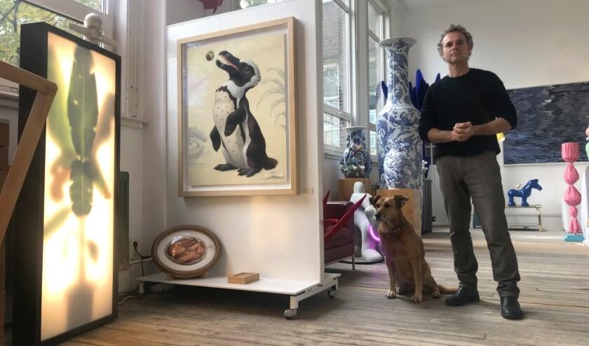 <p>Lenny Oosterwijk en hond Kaat tussen de kunst in Gallery Untitled</p>