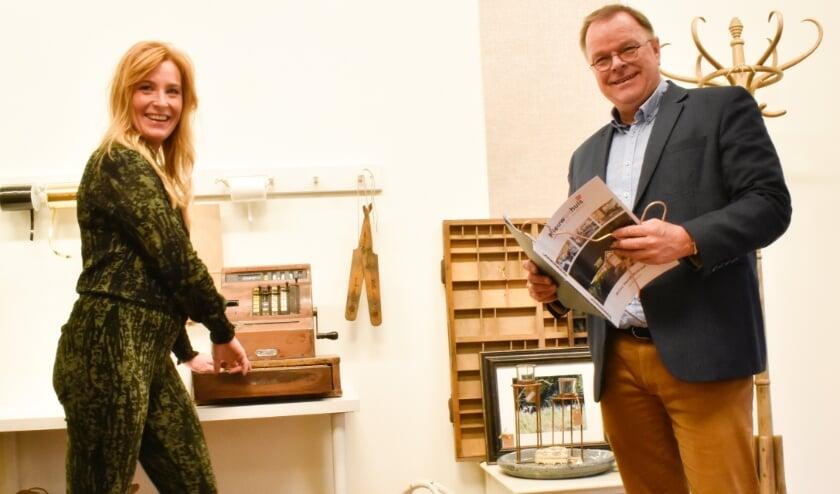 <p>Sanne en Henk Nieuwenhuis in de nieuwe winkel. (Foto: Peter Koehorst)</p>