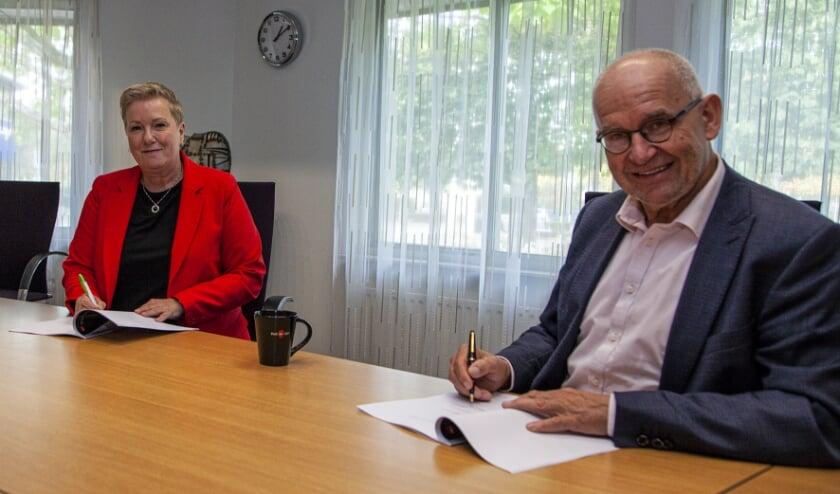<p>Burgemeester Jan Heijkoop tekent de samenwerkingsovereenkomst met Meld Misdaad Anoniem. (Foto: Cees van Meerten FotoExpressie)</p>