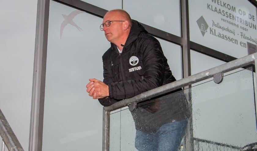 <p>Goossen van der Sluis aanschouwt vanaf de tribune het duel Zwart-Wit&#39;63 - Rood-Wit&#39;58, dat de thuisploeg met 4-1 won. (foto: Wim Balke)</p>