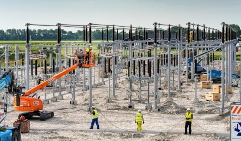 <p>In Gelderland gaat netbeheerder Liander de komende jaren minimaal 15 nieuwe elektriciteitsverdeelstations bouwen en 7 stations uitbreiden. Dit is nodig om aan de snel toenemende vraag naar netcapaciteit te kunnen blijven voldoen en knelpunten in het elektriciteitsnet op te lossen.&nbsp;</p>