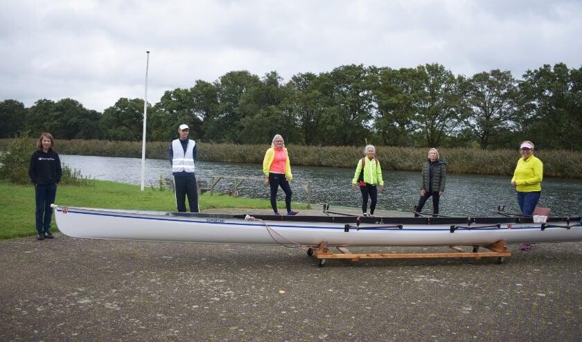 Nieuw jeugdlid Britt, wedstrijdcoördinator Eric, coaches Willy, Maaike, Kirsten en Liesbeth. (Foto: Van Gaalen Media)