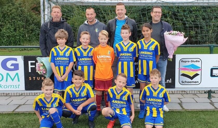 <p>Het team van vv Veenendaal met de nieuwe sponsor.</p>