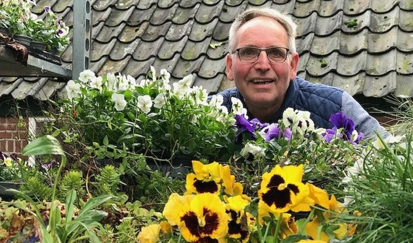 <p>Pierre Gradussen tussen de bloemen.&nbsp;</p>