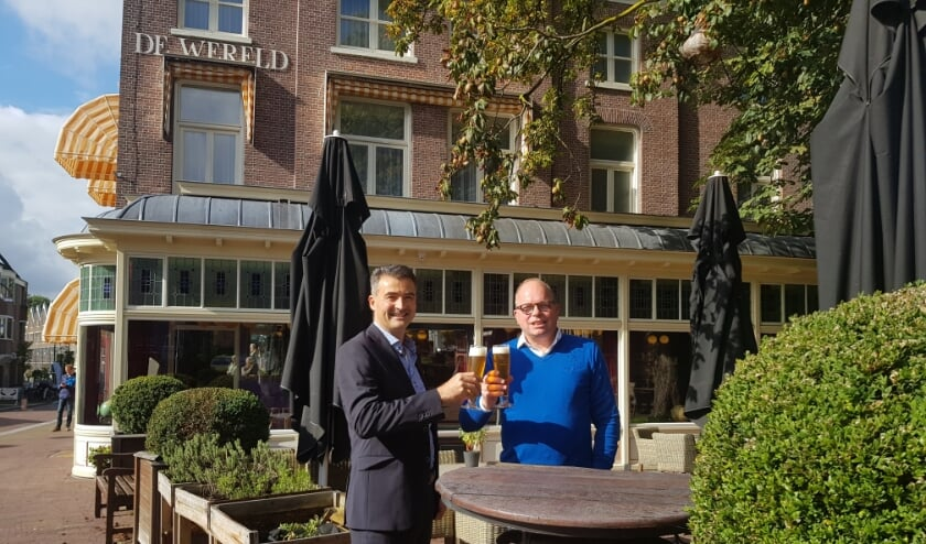 Hans Hooft en Kees Hensen proosten op de toekomst van Hotel De Wereld. (foto: Kees Stap)