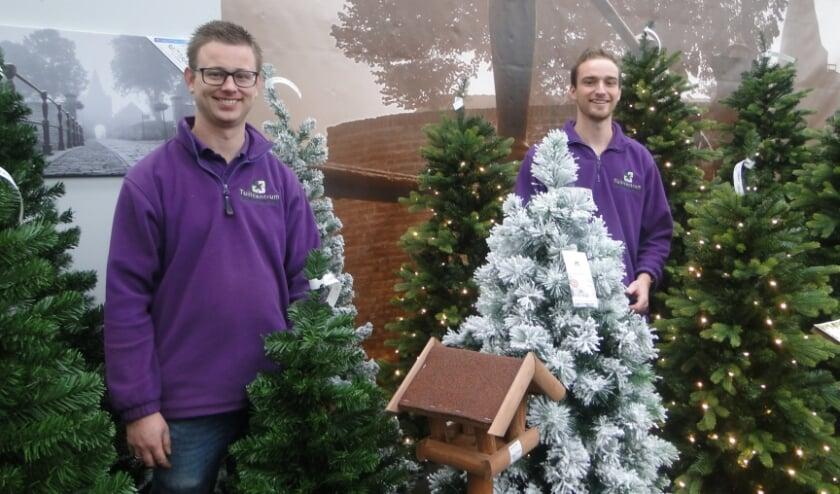 <p>Albert - Jan Plakmeijer (voorgrond) en Rowin Haaksema van De Nieuwstad bij de kerstafdeling. (Foto: Leo Polhuijs)</p>