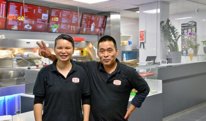 <p>Het nieuwe cafetaria &#39;De Dok&#39; van Sofie en Chen heeft sinds 5 oktober in de Wilhelminastraat zijn deuren geopend en daarmee heeft Montfoort weer een tweede cafetaria. (Foto: Paul van den Dungen)</p>