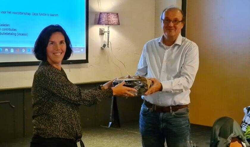 <p>Jan van de Wetering krijgt afscheidscadeau van Annemiek Bokkers.</p>