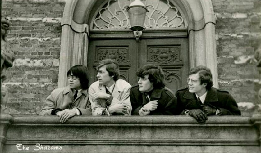 <p>De Bevelandse band The Shazams voor het Goese stadhuis.</p>