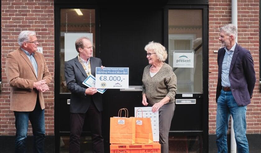 <p>De cheque werd door Germen Kruisinga (president Lionsclub), uitgereikt aan Marjan Haak (voorzitter Present). Foto: Sander Haak&nbsp;</p>