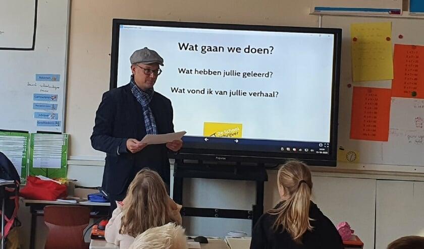 <p>In Lopik wordt hard gewerkt aan de leesvaardigheid van kinderen. Daarom is kinderboekenschrijver Ruben Prins op vier basisscholen in Lopik geweest. (Foto: P. Sijpkes) &nbsp;</p>