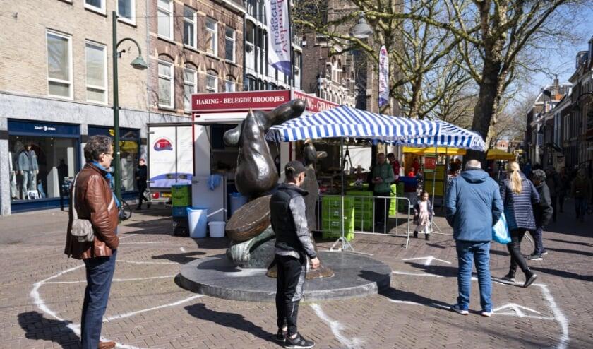 Delft, 4 april 2020. Netjes in je vak op de markt.